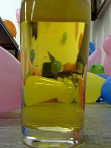 Bierglas und Luftballons, Fasching